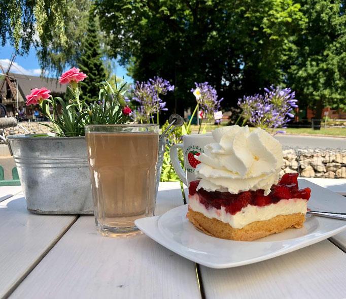 Kaffeezeit im Glantz & Gloria auf dem Erdbeerhof Glantz in Delingsdorf - Erdbeeren und Himbeeren Verkauf und zum Selbstpflücken, Gastronomie und das GlantzHaus mit vielen schönen Wohnaccesssoires und Kleinmöbel im skandinavischen Stil.