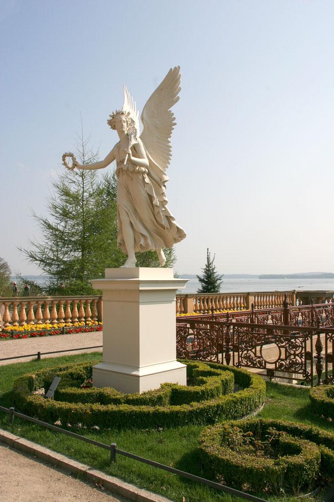 Statue der Victoria mit dem Siegeskranz im Schweriner Schlossgarten.