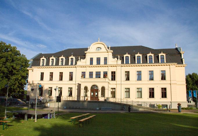 Schloss Ribbeck im Havelland -Schloss und Parkanlage, Dorfkirche und Kirchhof als auch die rekonstruierten, historischen Gebäude des Gutshofs wie Waschhaus und Alte Brennerei laden zu einem Spaziergang durch die Geschichte märkischer Gutsdörfer ein.