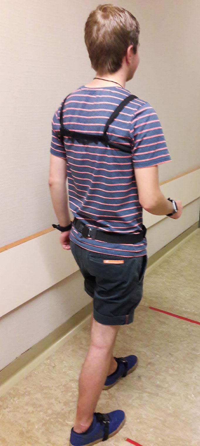 angelegte Sensoren an Hüfte und Brust von hinten