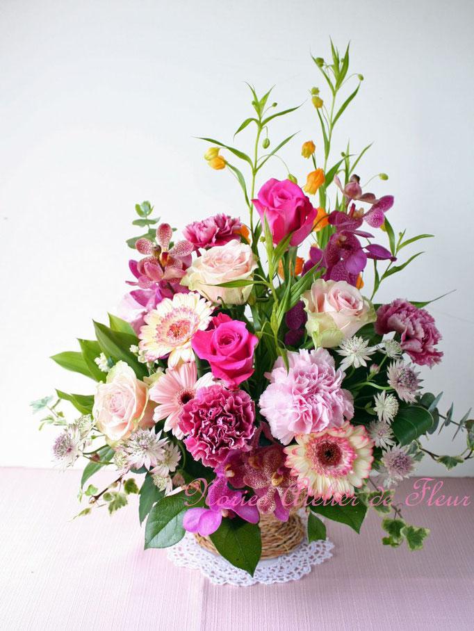 淡いピンクのガーベラと濃いピンクのバラ、カーネーションのアレンジメント