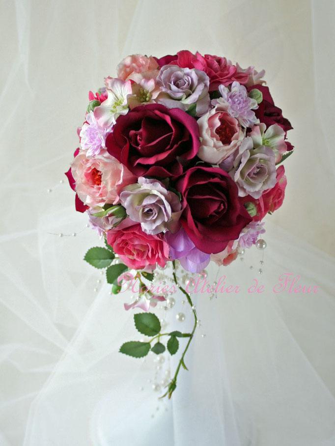 ジャネット ワインカラーのバラのアーティフィシャルフラワーのキャスケードブーケ