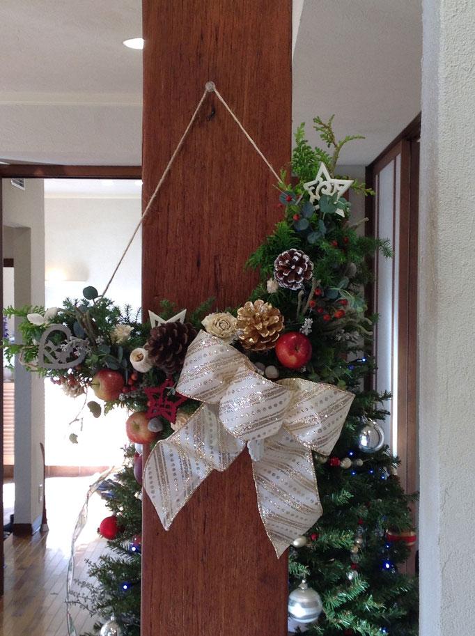 クリスマスのハーフムーンリース