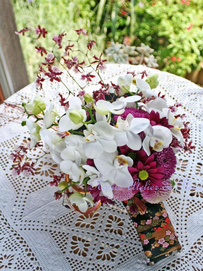 生花のコチョウランとオンシジウムの和装ブーケ