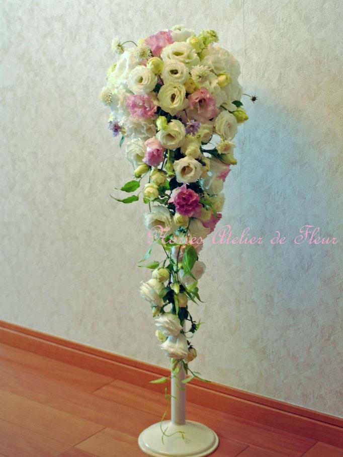 生花の淡いピンクとホワイトのトルコキキョウのキャスケードブーケ