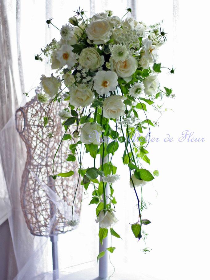 生花のカップ咲きのバラのキャスケードブーケ