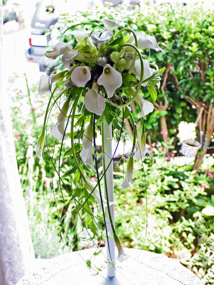 生花の白いバラ、カラーとグリーンのデンファレのキャスケードブーケ