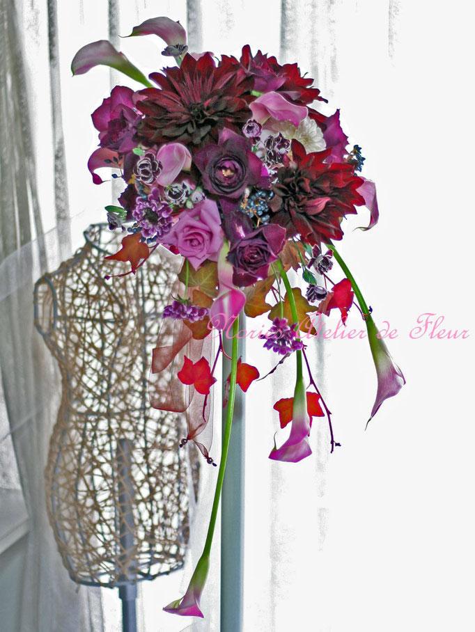 生花の真紅のダリアとカラー、パープルのバラの縦型クレッセントブーケ