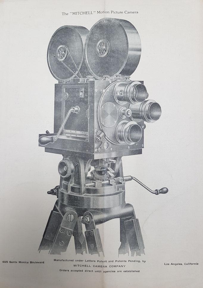 Erste Kamerawerbung für eine Mitchell Kamera aus dem Jahr 1922 - die ersten Mitchell Kameras basierten auf der Leonard Kamera (1917) von John Leonard, der sein Design 2 Jahre später an George A. Mitchell verkaufte.