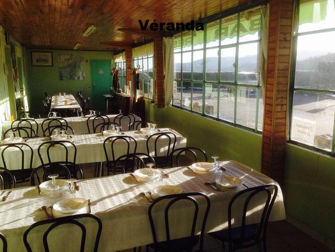 Capacité maximale de la véranda 56 personnes en tables de huit