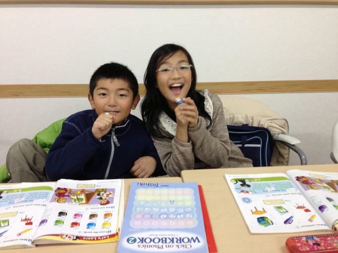英語のレッスン楽しいな~!お姉さんと一緒のクラスだから安心。