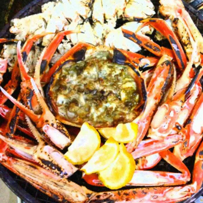 焼き蟹…大きな陶板にご注文いただいた人数分の蟹を香ばしく焼き上げてお持ちしますので、熱々!を堪能いただけます♪風味も最高!※焼き蟹味噌を焼き蟹身につけて食べると更に美味しいですよ♪