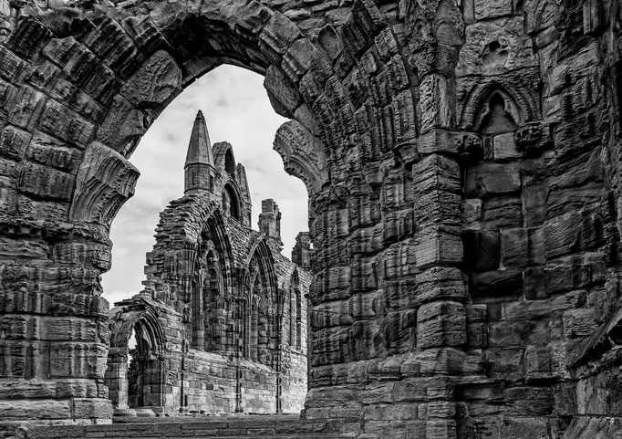 Peter: Whitby Abbey, Draculas Arriving