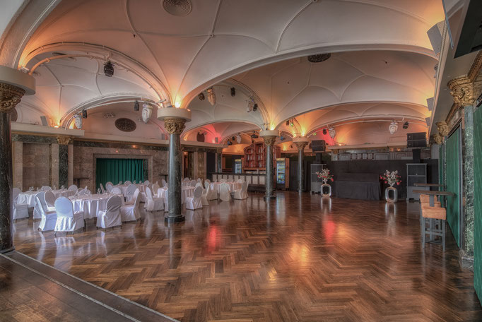 Impressionen aus dem Festsaal des Wartesaals am Dom - Runde Banketttische neben einer freien Tanzfläche