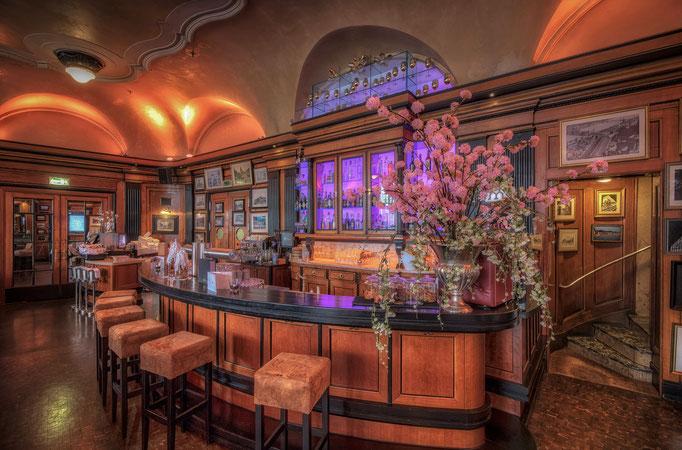 Impressionen aus dem Restaurant Wartesaal am Dom  - Die Theke spiegelt den Charme des Raumes wieder