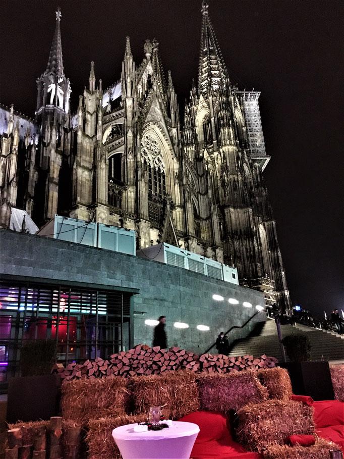 Impressionen von der Terrasse des Wartesaals am Dom - Die Terrasse am Fuße des Kölner Doms