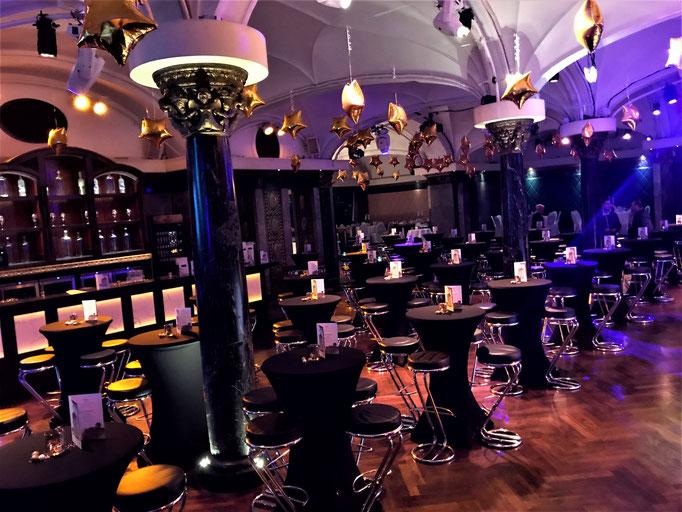 Impressionen aus dem Festsaal des Wartesaals am Dom - Stehtische mit schwarzen Hussen
