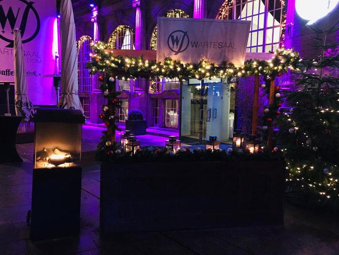Impressionen von der Terrasse des Wartesaals am Dom - Ein Empfangsstand mit weihnachtlicher Dekoration