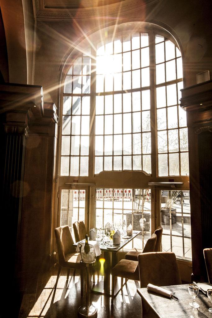 Impressionen aus dem Restaurant Wartesaal am Dom - Durch den Einfall von viel natürlichem Licht, kommen die Farben und Formen im Wartesaal noch besser zur Geltung
