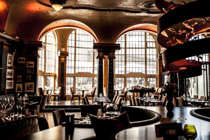Impressionen aus dem Restaurant Wartesaal am Dom - Der Blick auf die hohe Fensterfront