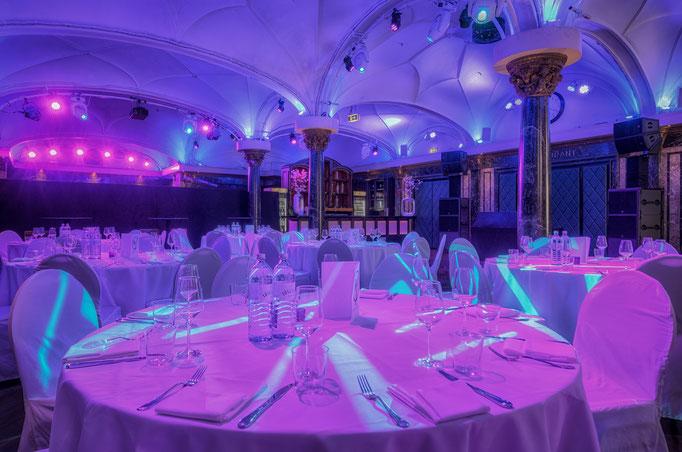 Impressionen aus dem Festsaal des Wartesaals am Dom - Runder Banketttisch in Nahaufnahme mit Partybeleuchtung