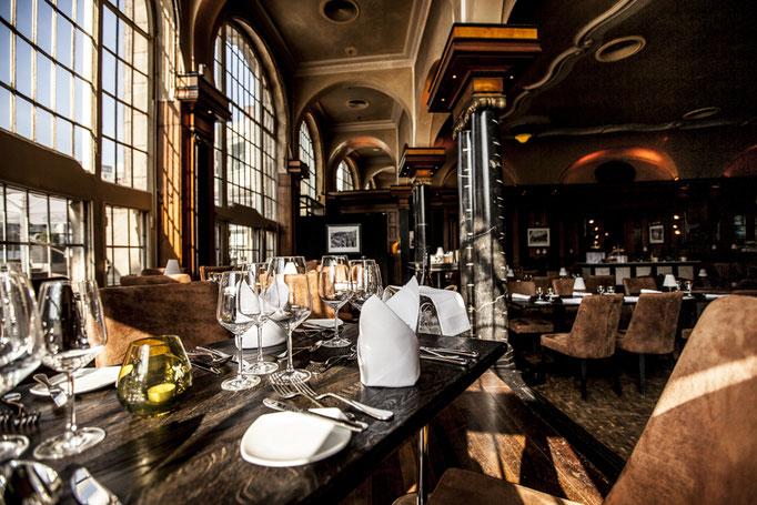 Impressionen aus dem Restaurant Wartesaal am Dom - Durch das einfallende Licht, werden die Geschehnisse und Bilder auf dem Tisch wunderbar und stilvoll in Szene gesetzt