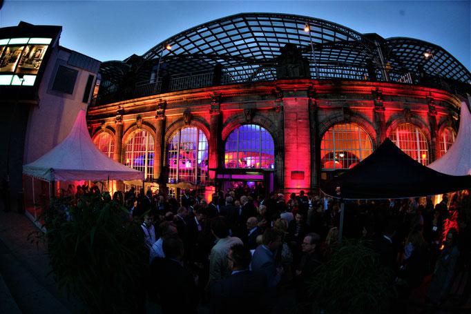 Impressionen von der Terrasse des Wartesaals am Dom - Die Fassade des Wartesaal während eines Events
