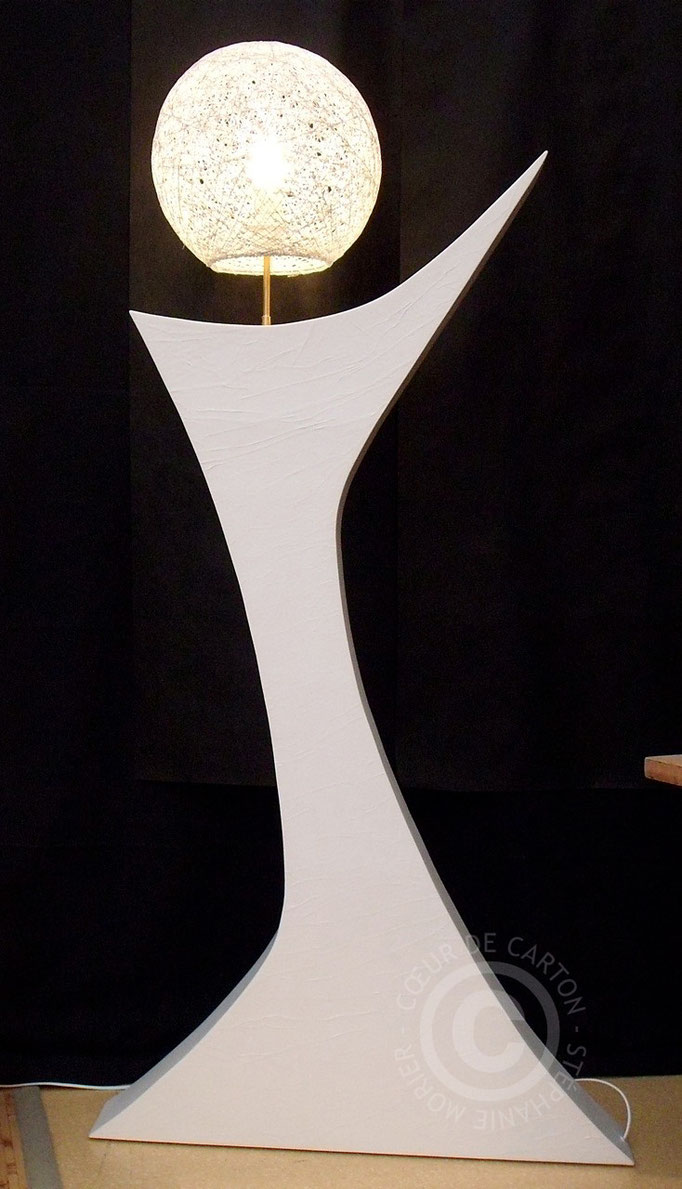Lampadaire en carton - h. 150 cm avec abat-jour, L. 72 cm à la base, l. 12 cm
