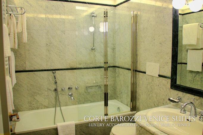 Corte Barozzi Venice: a bathroom