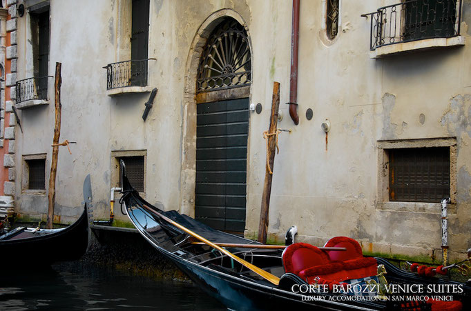 Corte Barozzi Venice: gondola in the canal beside