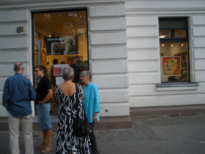 ... vor der Galerie