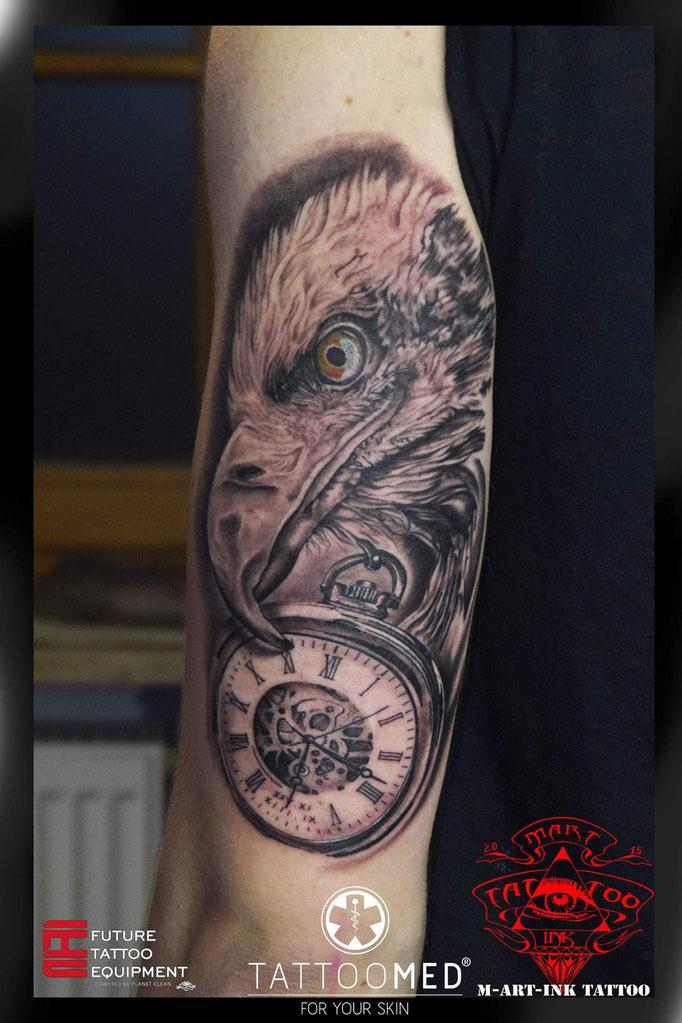 Adler mit einer Uhr als andenken