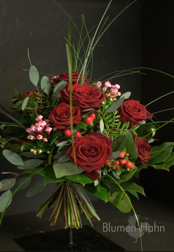 Strauß aus roten Rosen & Co