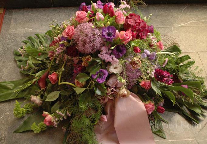 Trauergesteck sommerlich, rosa-violett