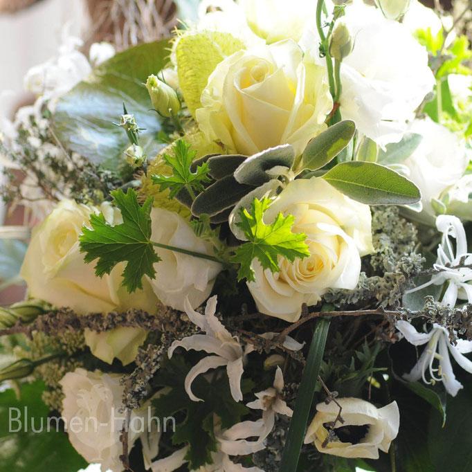 verschiedene weiße Blüten zu einem lockeren Strauß gebunden