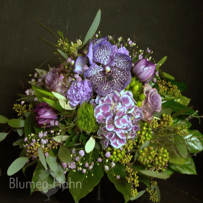 Strauß in blau-violett mit Orchideen