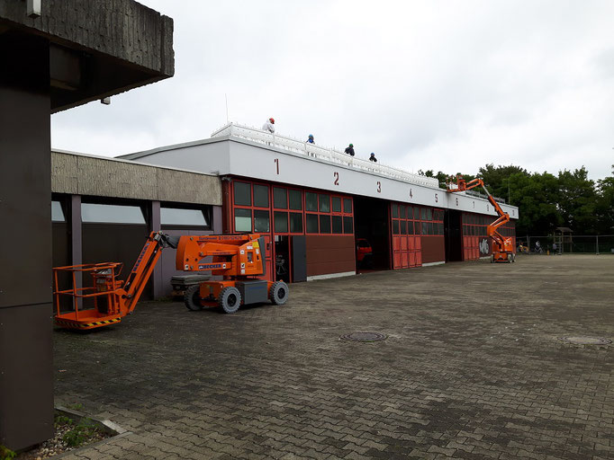 Die Arbeiten auf dem Dach des Gebäudes sind bereits angelaufen.