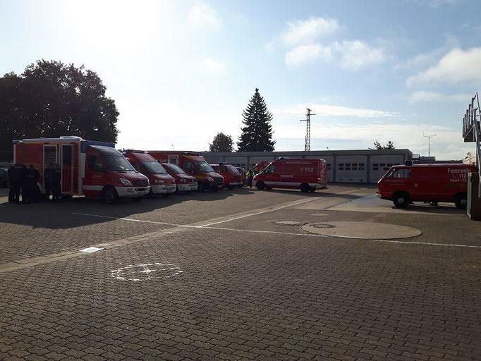 Die Fahrzeuge stehen zur Übung bereit.