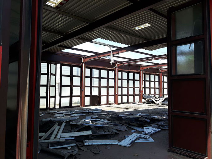 "Das Abnahmen des Dachs nimmt langsam ""Form"" an."