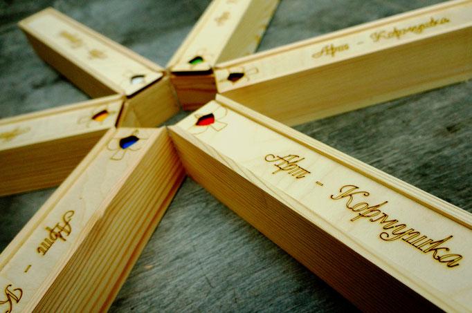 Наборы акриловых красок в деревянных футлярах.
