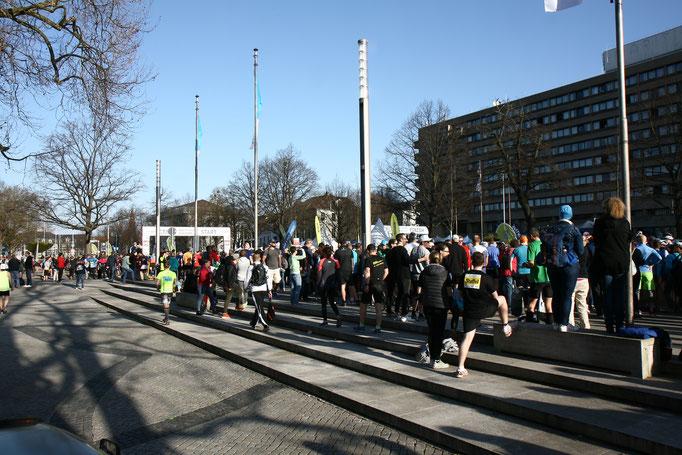 die Stimmung steigt, denn der 28. HAJ- Hannover Marathon wird gestartet