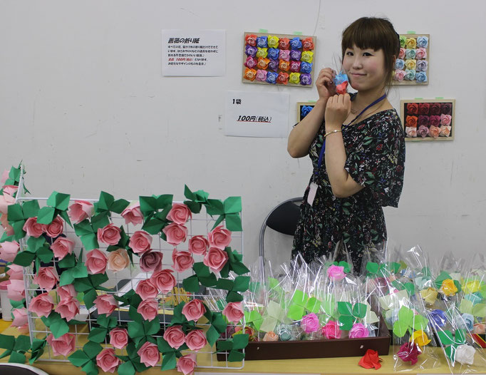 1枚の紙から作るバラの折り紙。ステキにディスプレイ。