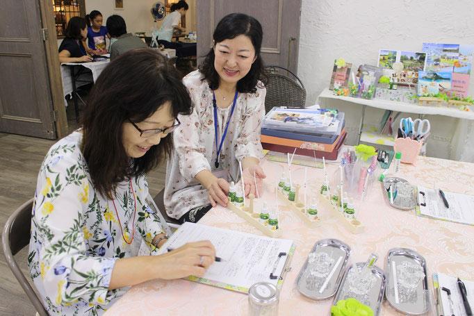 現役教員の森澤アロマコラージュセラピスト。現役の先生たちに癒しのひとときを提供。