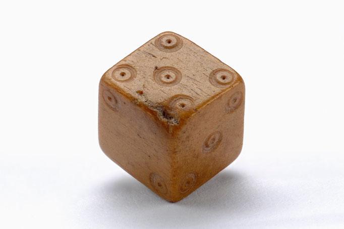 Würfel, 13. Jhdt. aus Knochen gesägt und mit gebohrten Kreisaugen versehen, gefunden 2008 bei Ausgrabungen an der Hörder Burg.