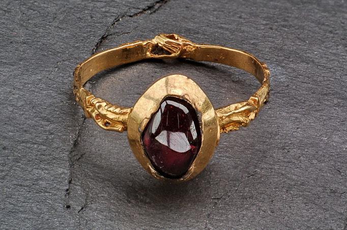 Goldring mit Granatstein, Handtreue Motiv (Verlobungs- oder auch Ehering), 13. Jhdt., gefunden 2008 bei Ausgrabungen an der Hörder Burg.