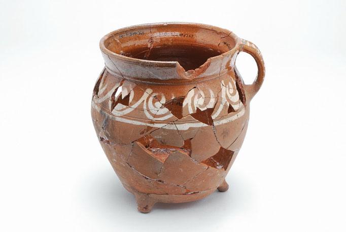 Farbig glasiertes Keramikgefäss , 16. Jhdt., gefunden 2008 bei Ausgrabungen an der Hörder Burg.