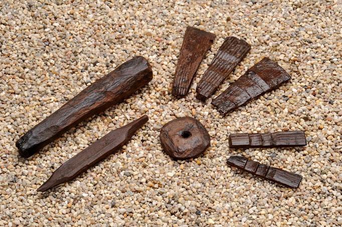 Brettchen von kleinen Daubengefässen die mit Weidenruten zusammengehalten waren, 13. Jhdt.2008, gefunden bei Ausgrabungen an der Hörder Burg.