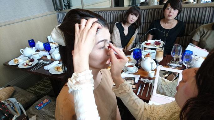 西田さんの眉レッスンでは皆さん興味深々、真剣な眼差し。
