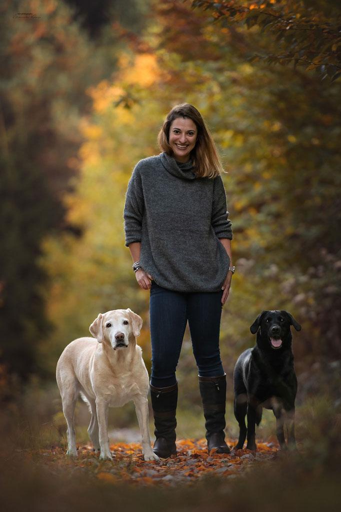 Mensch Hunde Fotografie im herbstlichen Wald
