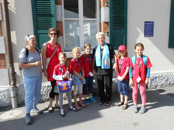 Kinder und Begleiterinnen am Bahnhof Meiringen